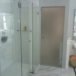 Frameless inline showers